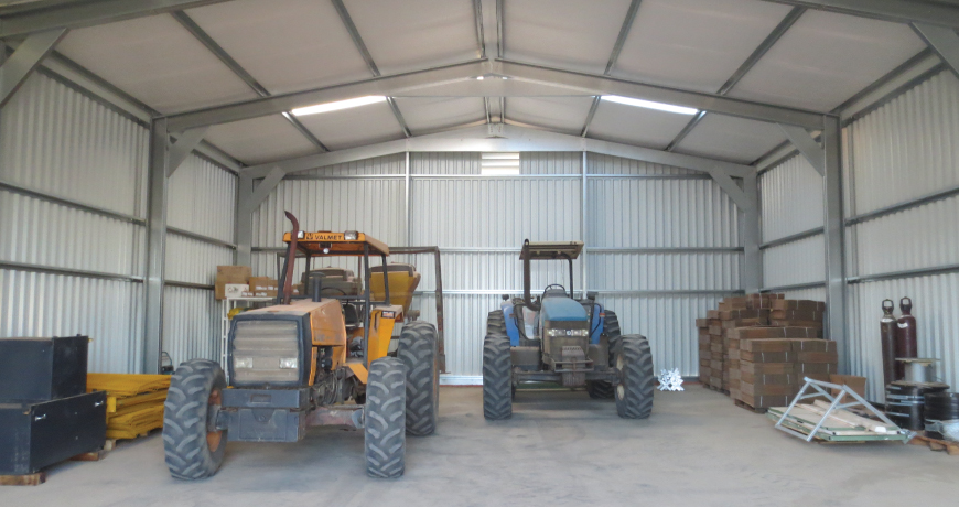 Interior with tracktors parked in a non insulated Frisomat Hall